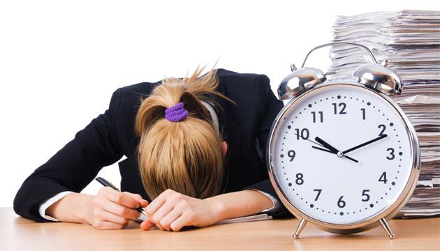 Уставшая от работы девушка