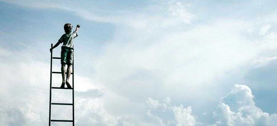 Мальчик на лестнице достаёт небо