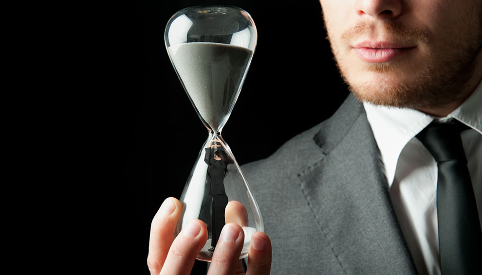Песочные часы с запертой женщиной внутри