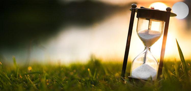 Песочные часы в поле