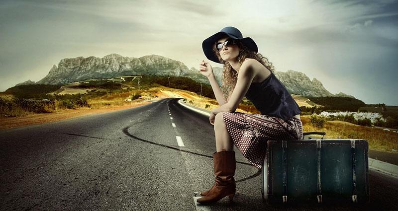 Дама с чемоданом на дороге